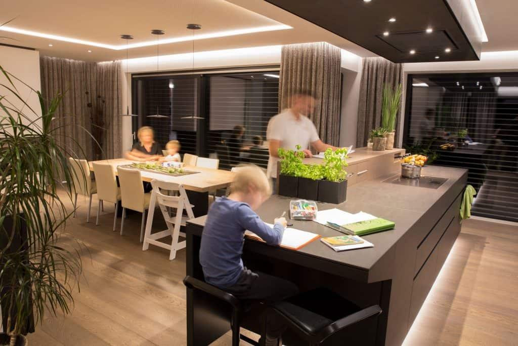 Perhe tekee ruokaa älykodissa